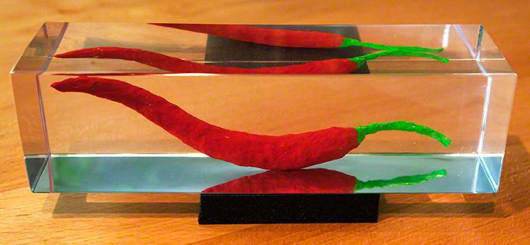Chilischote aus Pappmaché in Acryl